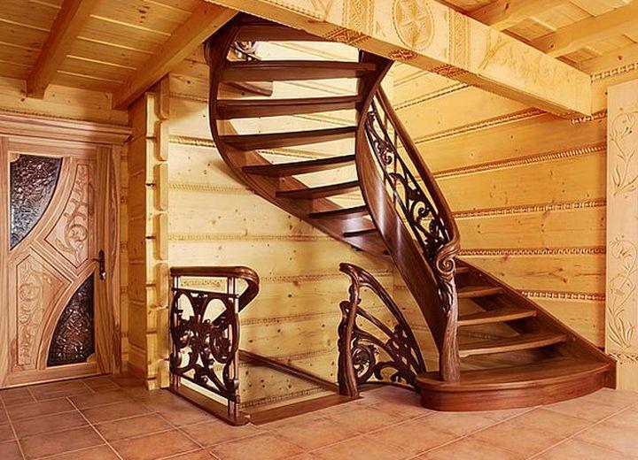 Красивая лестница на второй этаж в частном доме
