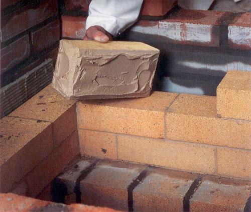 Глиняный раствор, при кладке печи, кладется швом толщиной не более 3-4 миллиметров