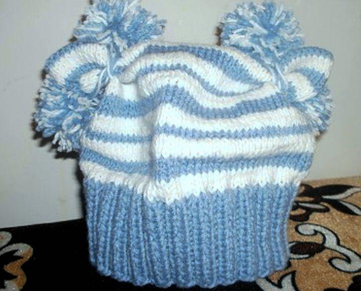 Простая очаровательная шапочка спицами