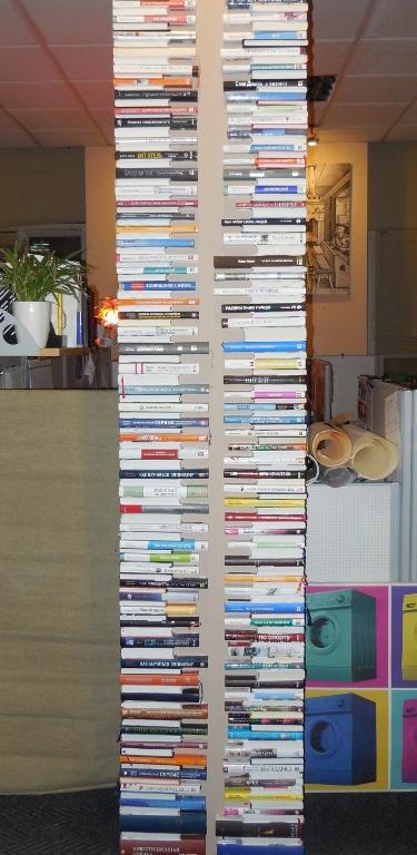Угол стены из книжек под природный камень