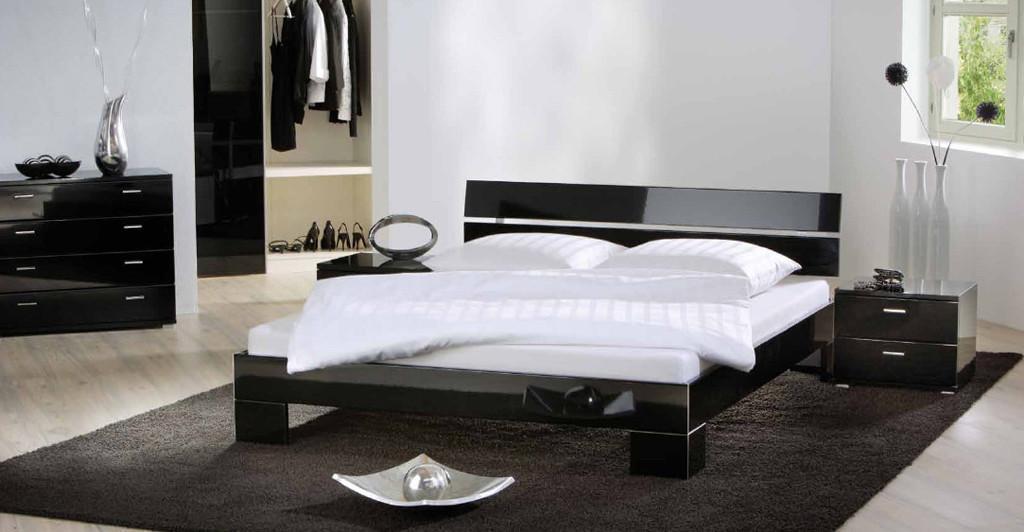Глянцевая двуспальная кровать