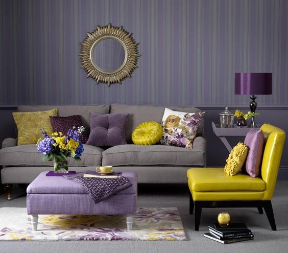 Фиолетовый с желтым в интерьере гостиной