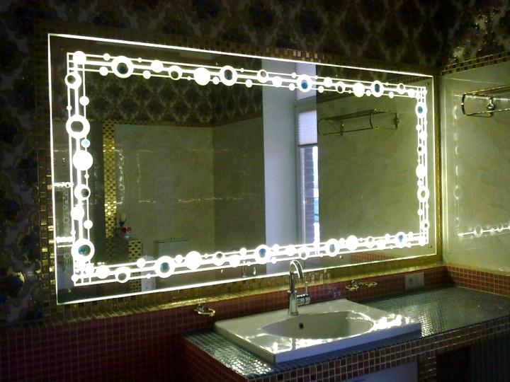зеркало в ванной с декоративной подсветкой