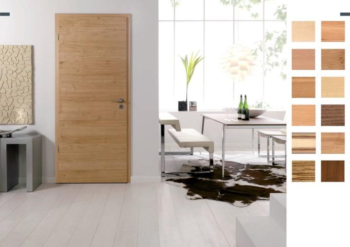Шпонированные двери в комнате