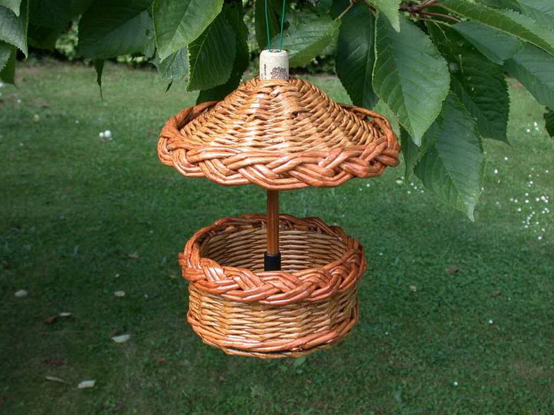 Кормушка для птиц на дереве