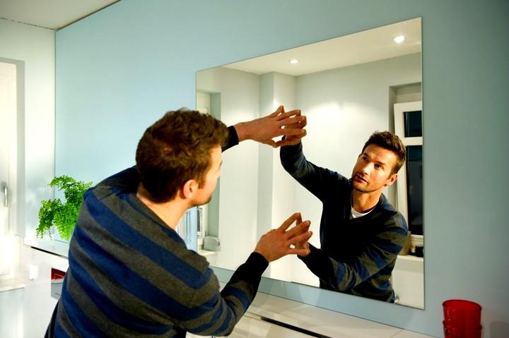 установка зеркала для ванной