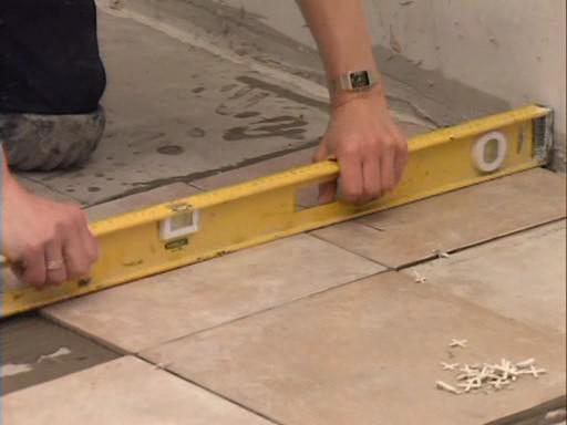 Как класть плитку на пол уровенгь