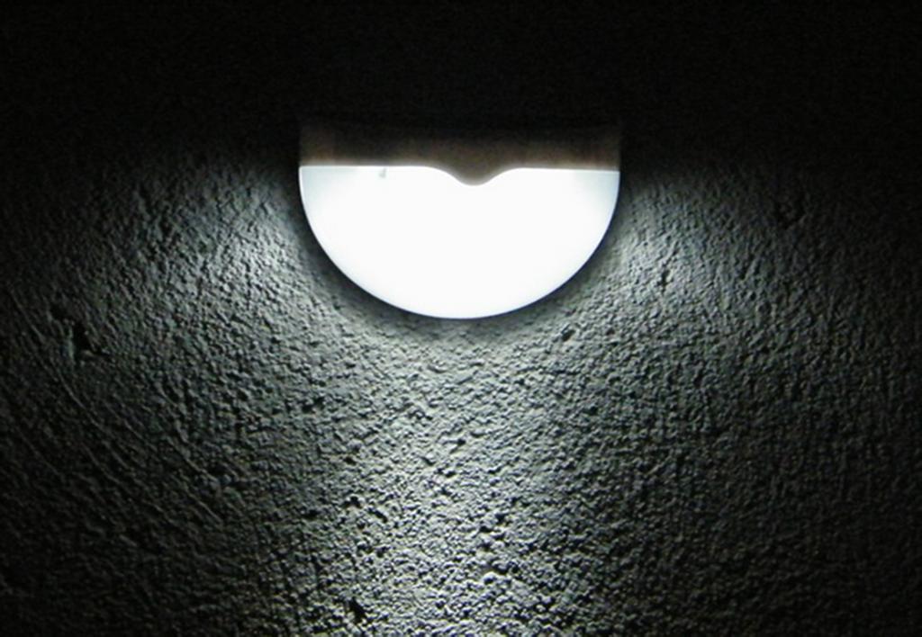 Настенный светодиодный светильник на солнечных батареях