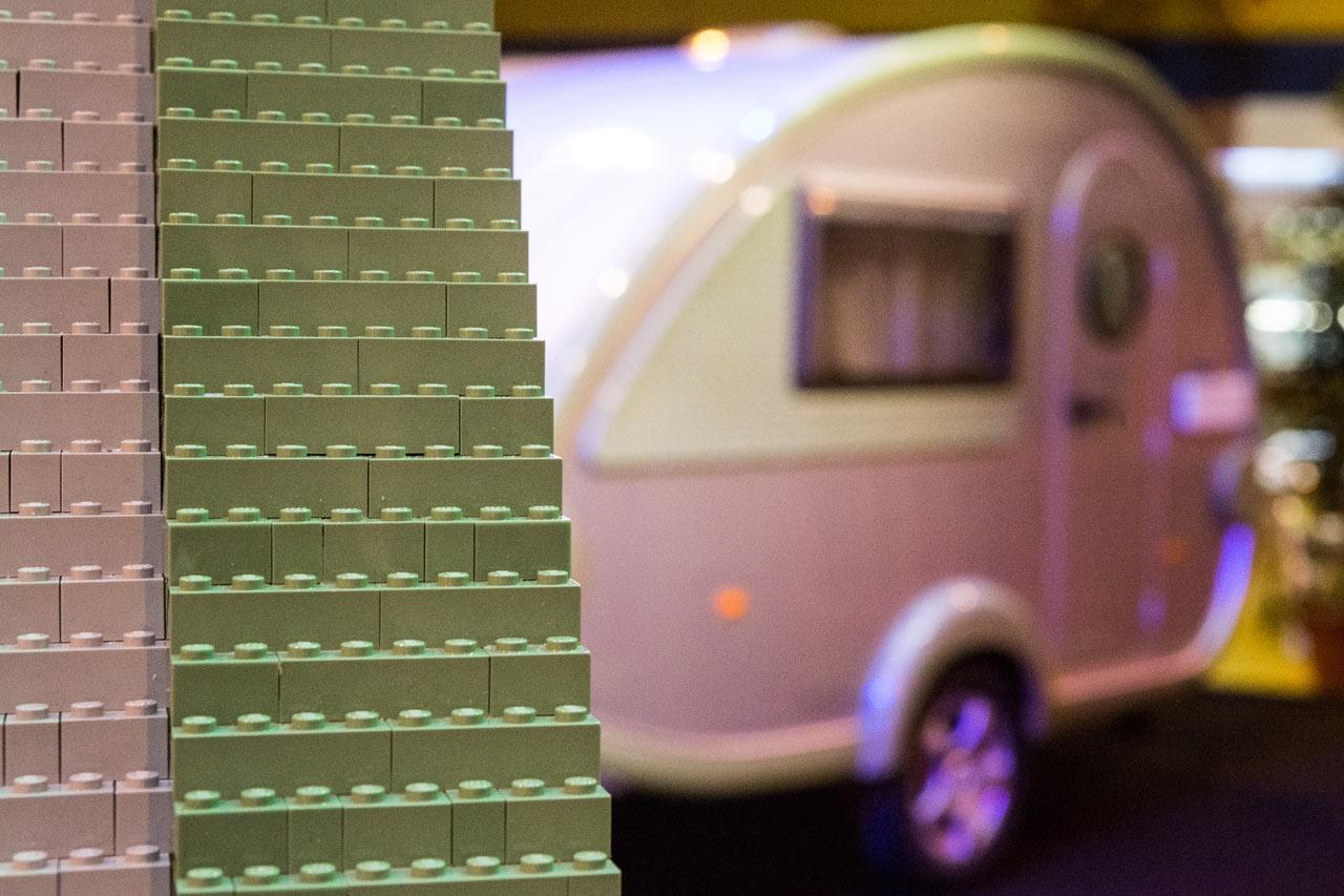 Фургончик из 215 158 деталей лего в натуральную величину