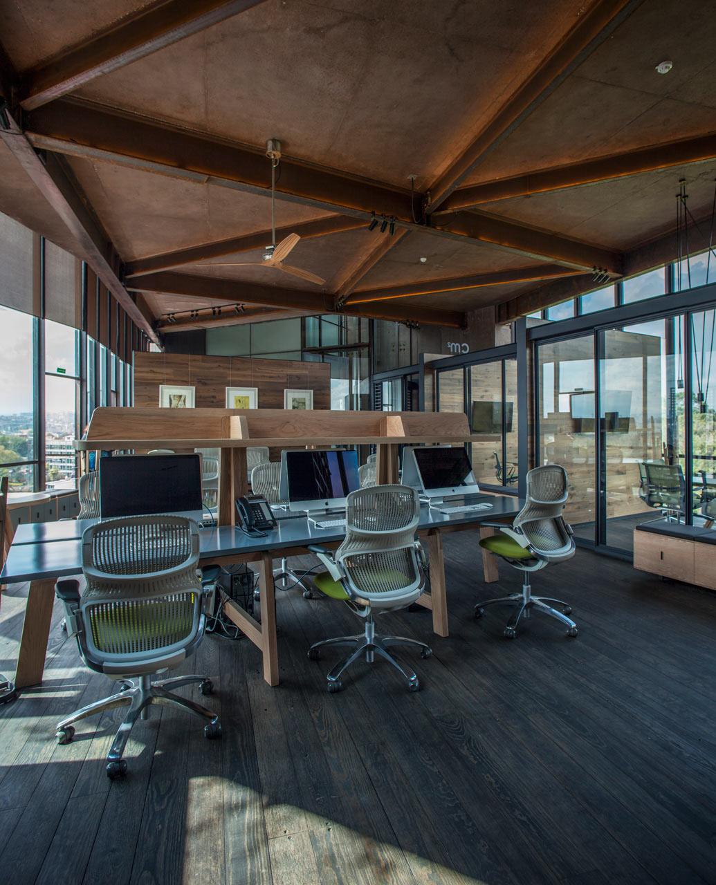 Офис необычной формы над кронами деревьев