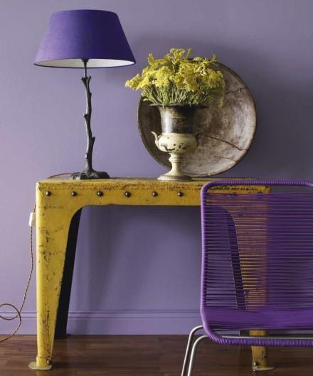 Стены в прихожей насыщенного фиолетового цвета