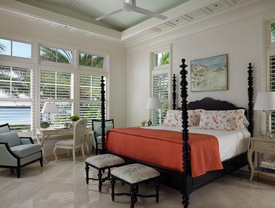 Акцентное покрывало кораллового цвета в интерьере спальни