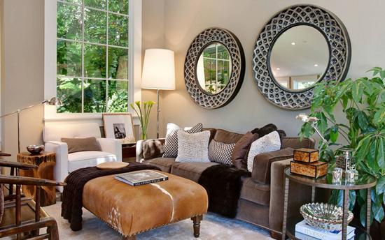 Оформление диванной зоны у окна