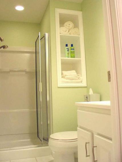 Белая мебель в ванной комнате маленького размера
