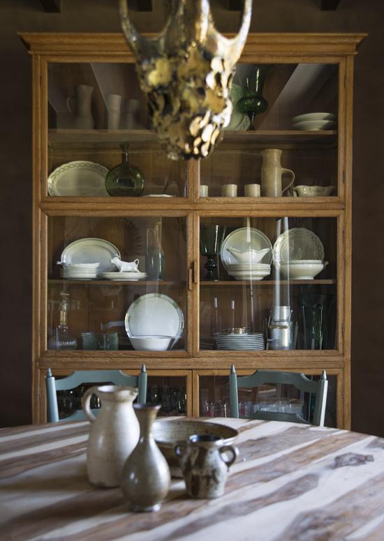 Обеденный стол и посудный шкаф