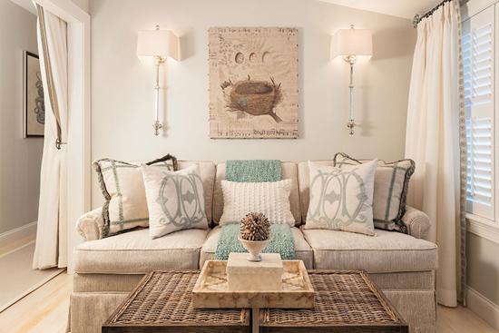 Симметричный интерьер гостиной