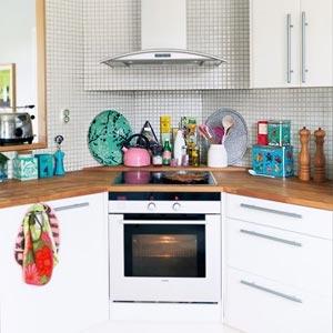 кухня белая и яркая 33