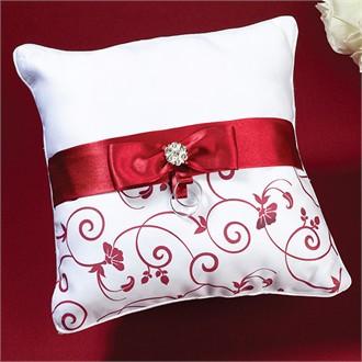 Красно-белые акценты для интерьера яркой спальни