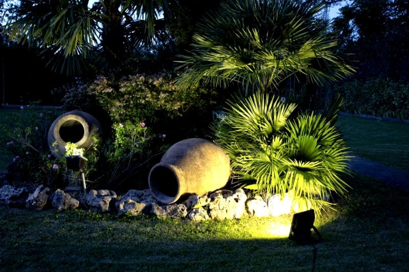 Солнечная подсветка элементов сада