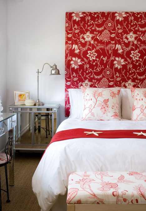Красно-белый интерьер спальни фото