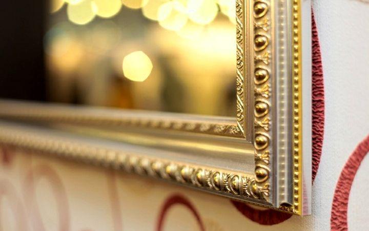 Эффектная рамка для зеркала из потолочного плинтуса