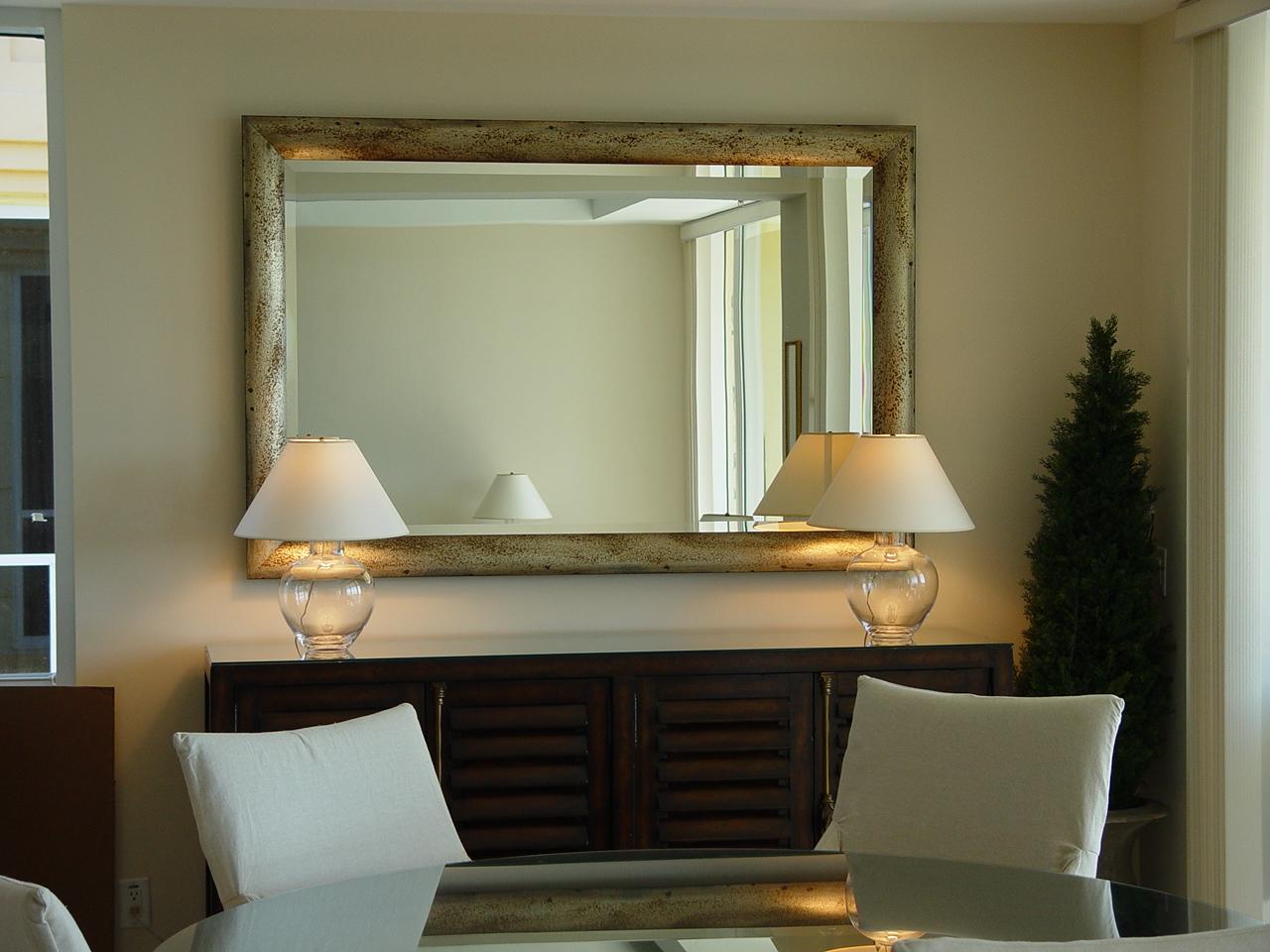Горизонтальное зеркало в прихожей