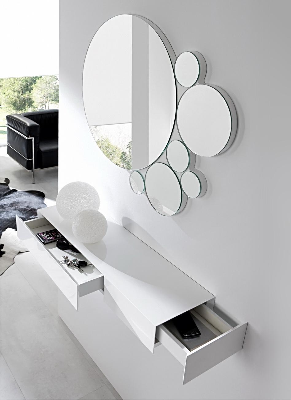 Модельное зеркало в прихожей