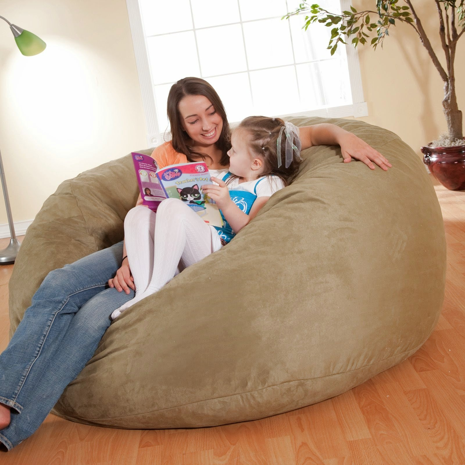 Девушка с ребенком в кресле