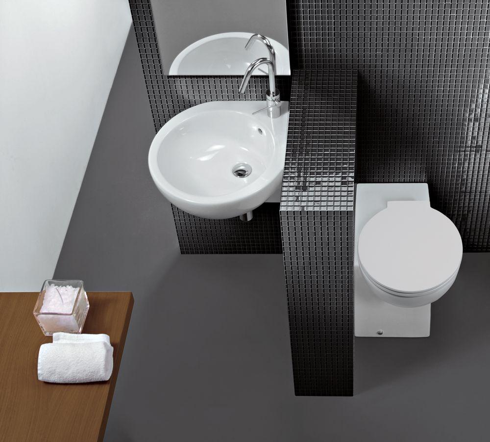 Угловой унитаз с бачком в ванной