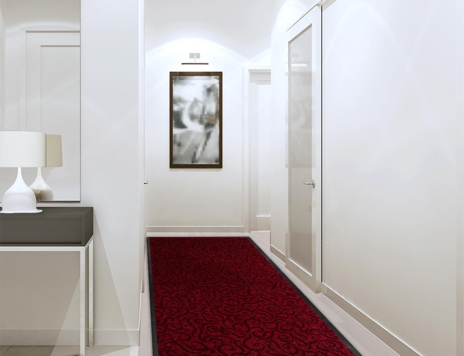 Красный ковер в бежевом интерьере