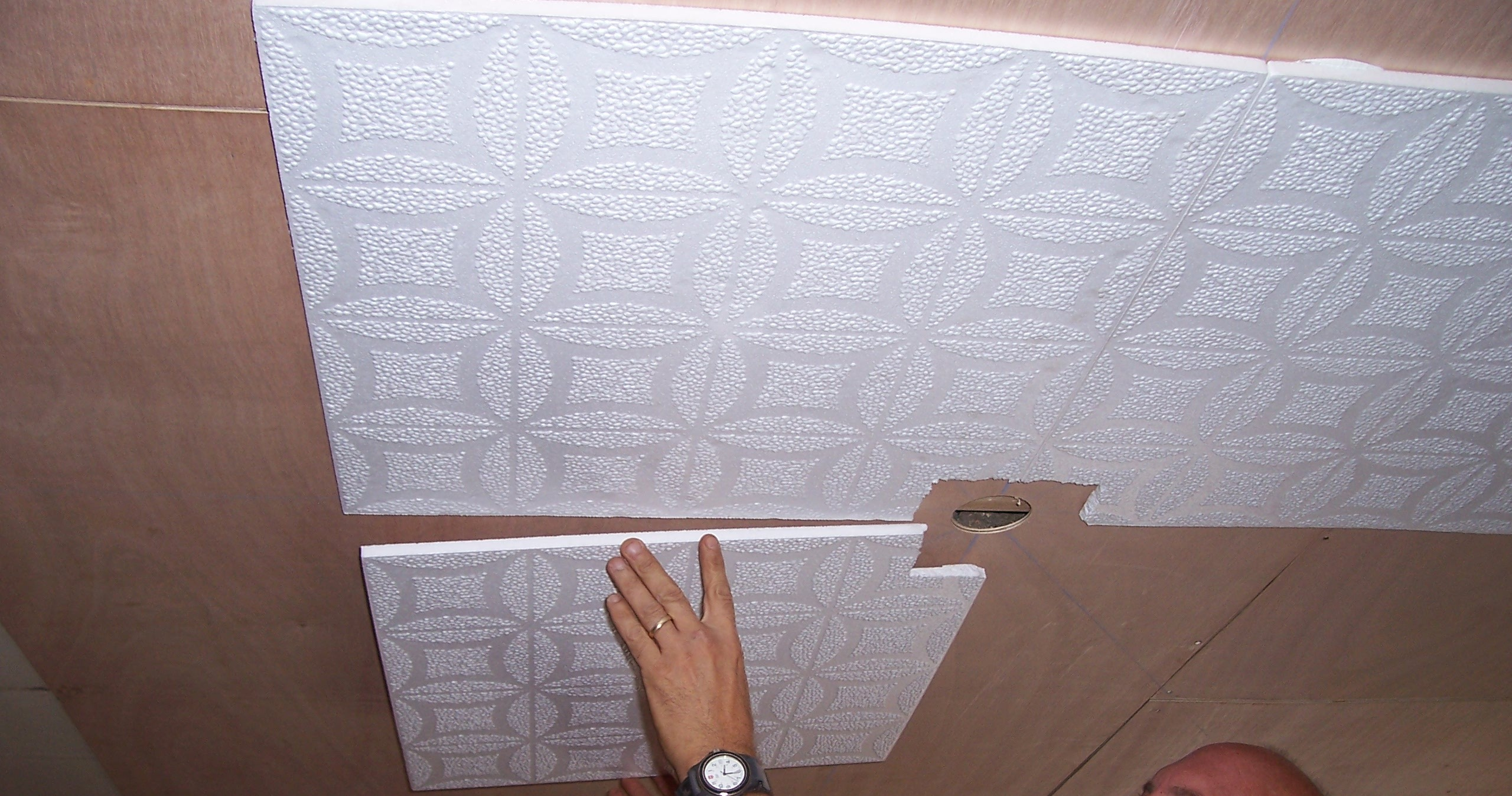 Процесс клейки плитки