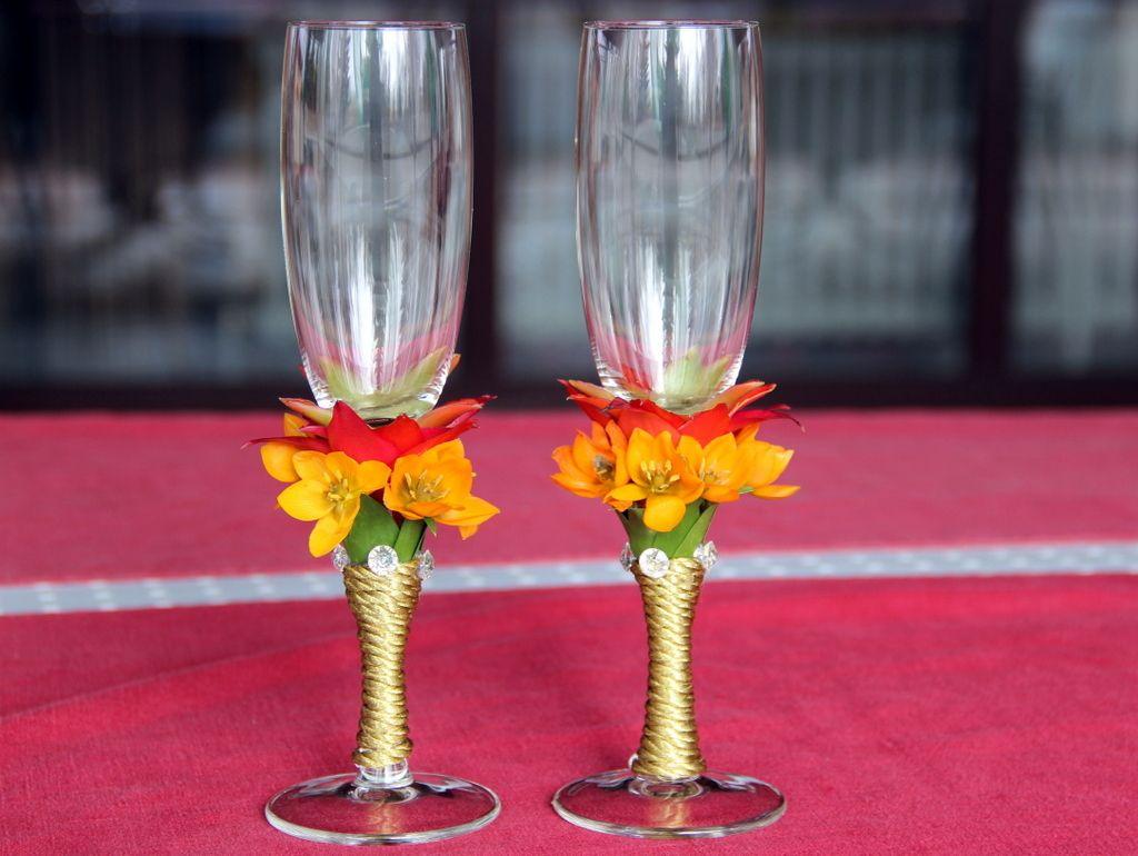 Выбирать цветы для украшения бокалов лучше стойкие