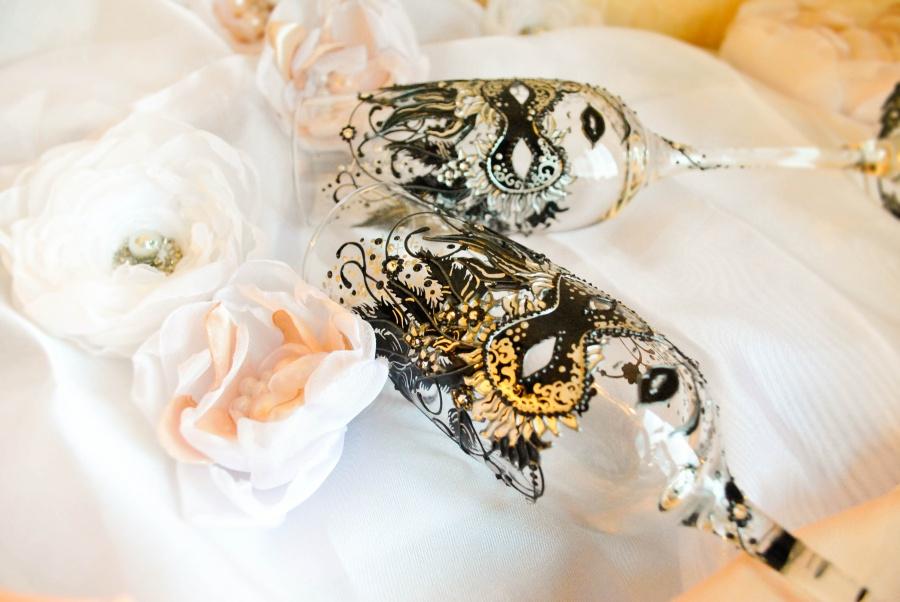 На свадебных бокалов можно изобразить все что угодно