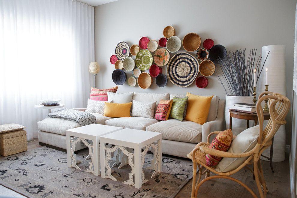 Композиция из декоративных тарелок на стене