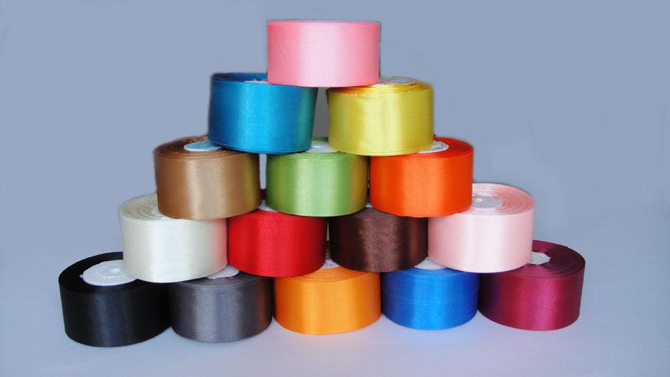 Украсить веер можно при помощи атласных лент