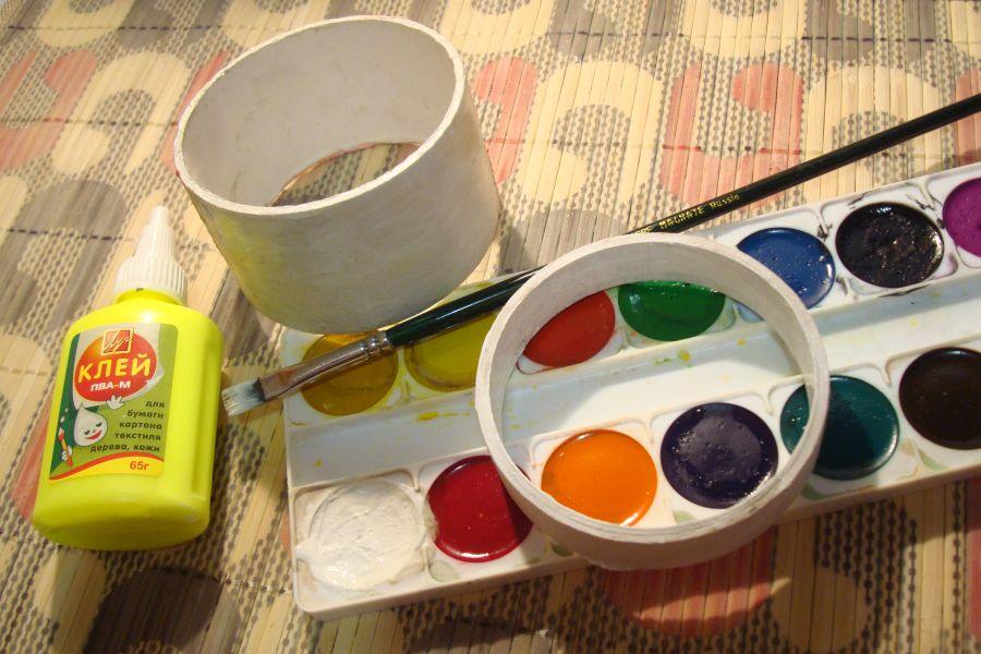 Для изготовления поделок из втулок понадобятся клей и краски