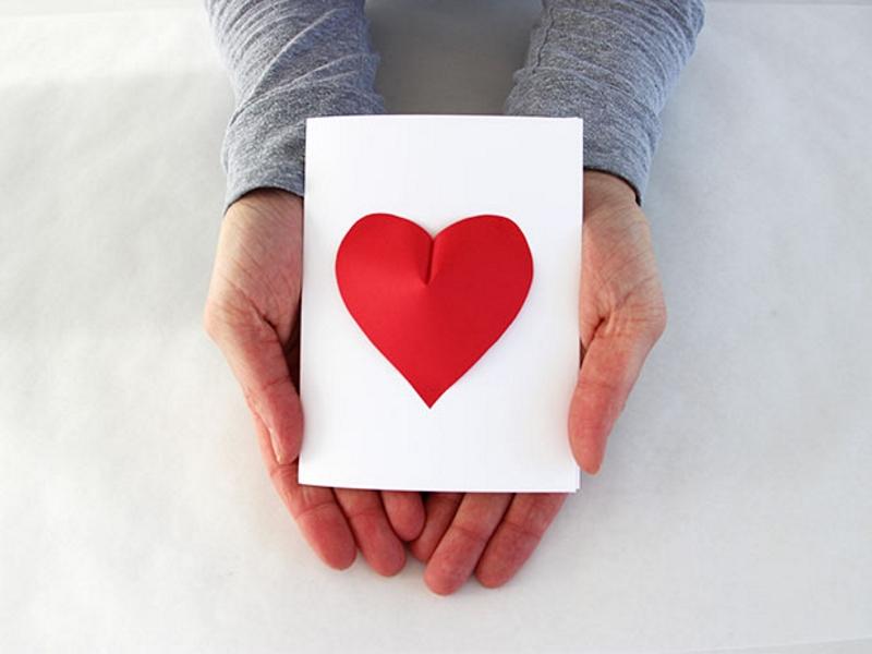 Открытка ко Дню Святого Валентина с сердечком из цветной бумаги