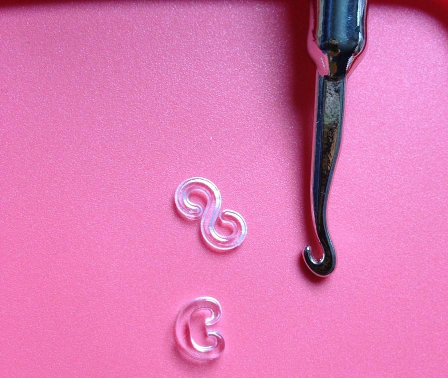 Для закрепления резинок используют застежки в виде буквы «С» либо «S»