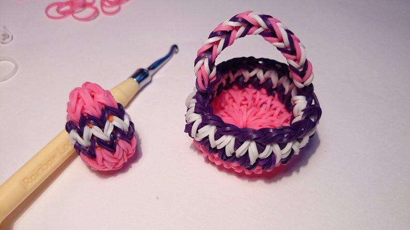 На Пасху плетутся разноцветные яйца из резиночек