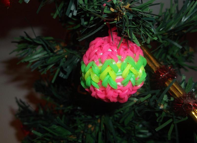 На Новый год из резиночек можно сделать шарик на елку
