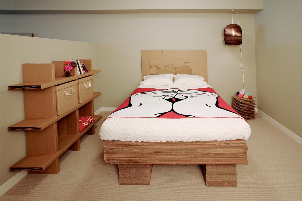 Кровать и стеллаж из коробок