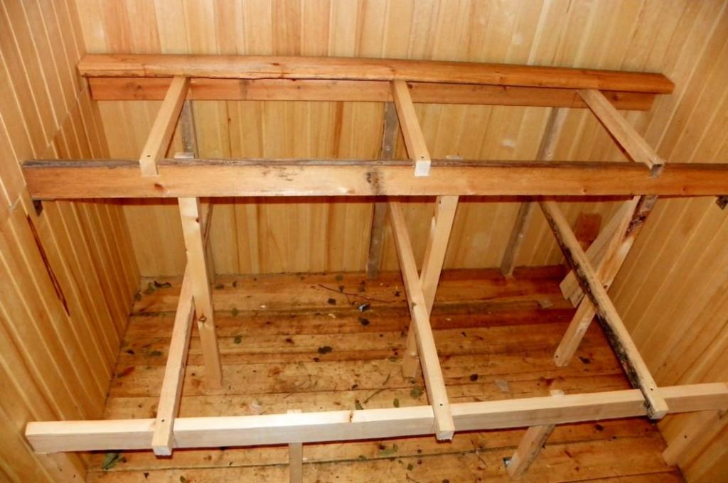 Первым этапом возведения полка для бани является изготовление древесного каркаса