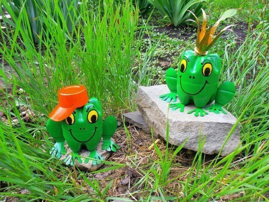 Украшение из бутылок для вашего сада в виде лягушки удивит простотой в изготовлении