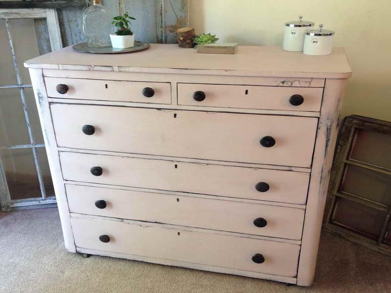 Дизайн старой мебели, выполненный своими руками, в любом случае не должен создаваться самостоятельно, в отрыве от концепции дизайна всего помещения
