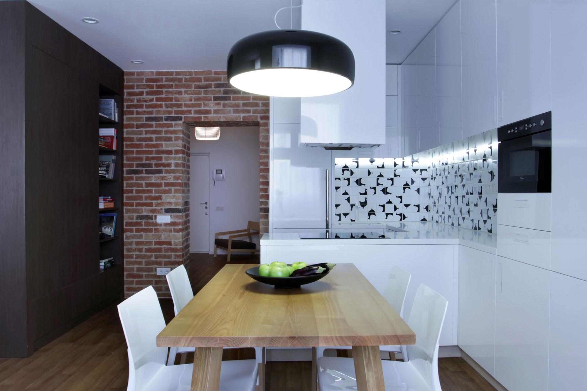 Если кухня получается достаточно большая, можно в этой же области поставить обеденный стол
