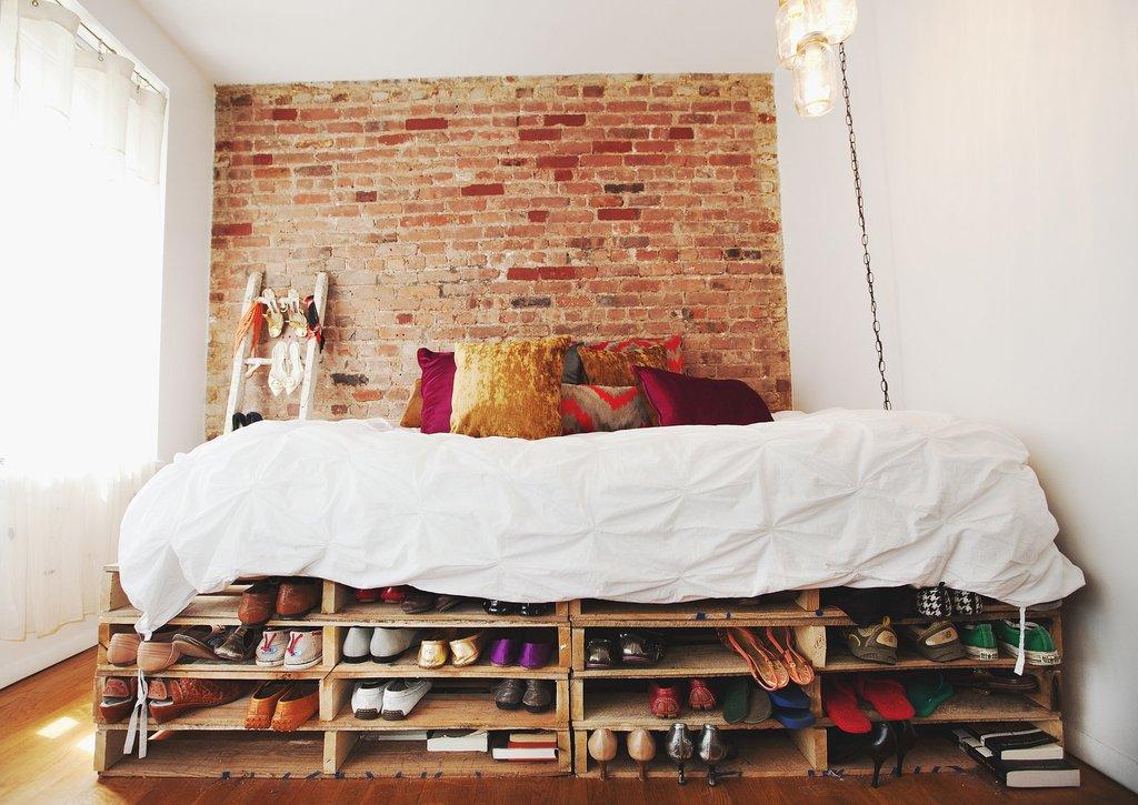 В студиях не слишком много места для хранения всех нужных вещей, поэтому еще при планировании интерьера стоит продумать для них отдельные места