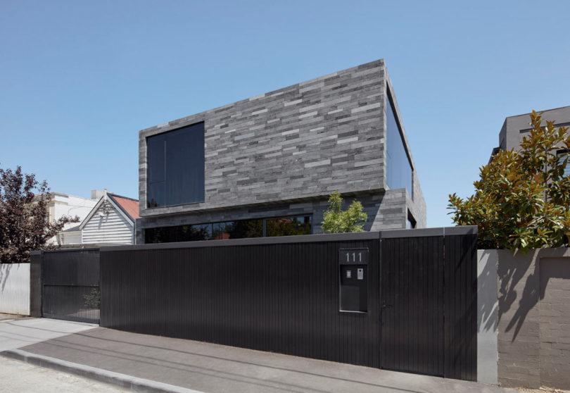 Дом, облаченный в каркас из вулканического камня