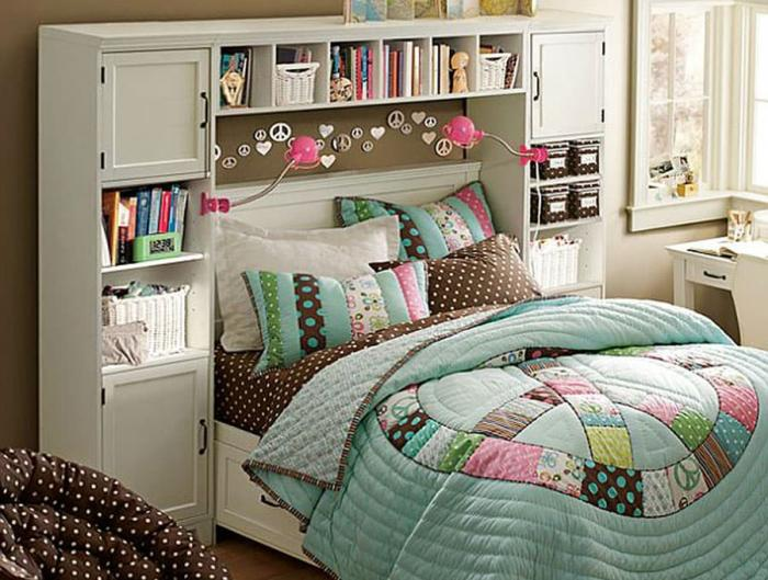 Навесные полки в интерьере спальни