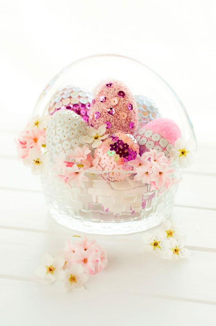 Пенопластовые муляжи яиц можно украсить бисером и пайетками