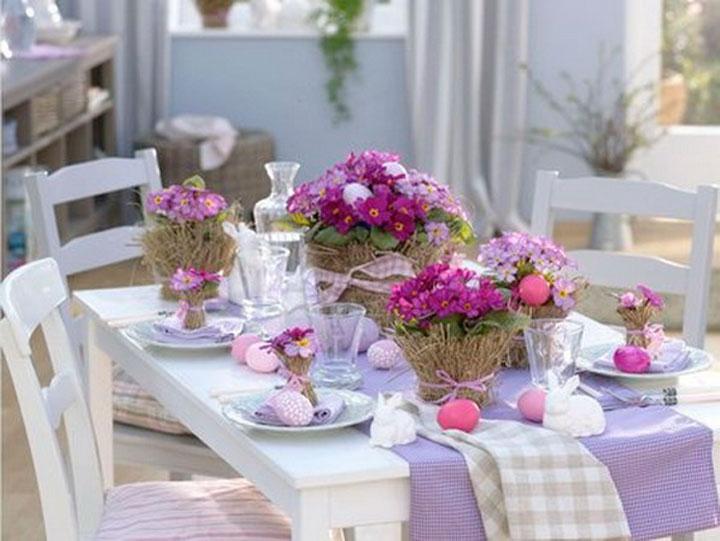 Лиловый и розовый цвета в украшении стола на Пасху